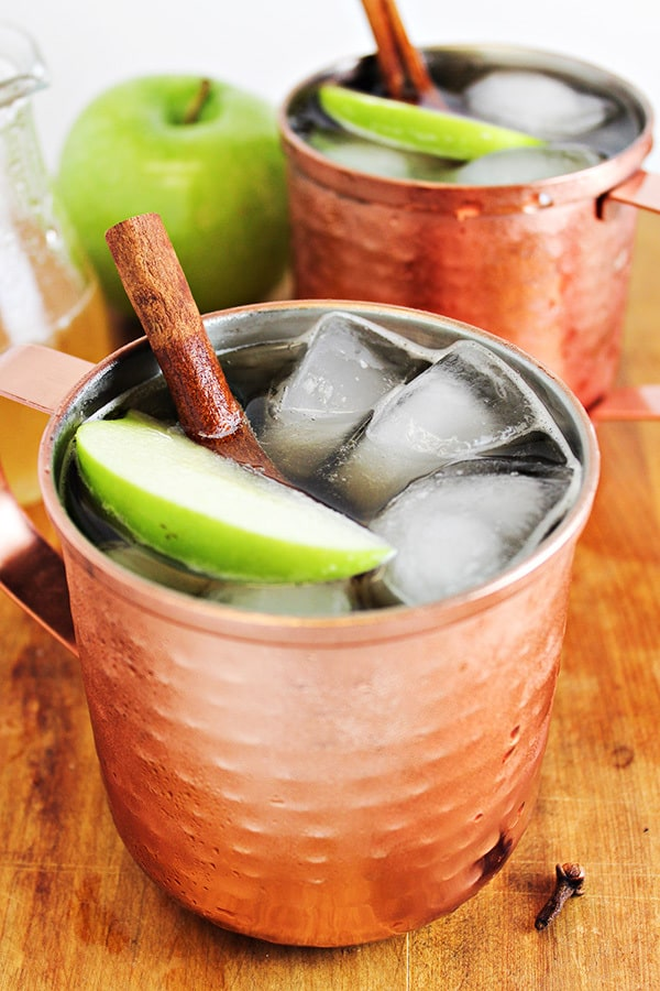 A refreshing twist on a classic drink! Spiced Apple Moscow Mule PLUS 12 more creative Moscow Mule variations!