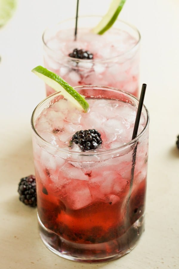 A refreshing twist on a classic drink! Blackberry Moscow Mule PLUS 12 more creative Moscow Mule variations!